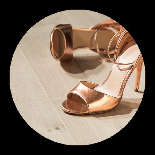 Женские туфли стоят на ламинированном полу Quick-Step