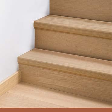 Деревянное напольное покрытие на лестнице