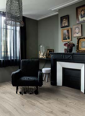 Jasna podłoga i ciemne ściany