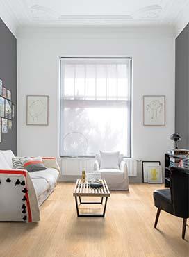 Светлый пол, светлый потолок и светлая дальняя стена