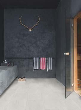 Helle Boden, dunkle Decke und eine dunkle Rückwand