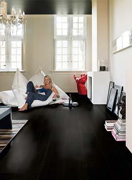 Dunkler Boden, dunkle Decke und eine helle Rückwand