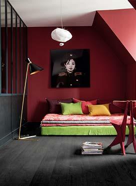 Donkere vloer, licht plafond en donkere wanden